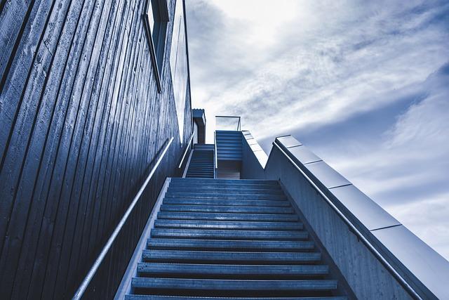 登っていく階段の写真